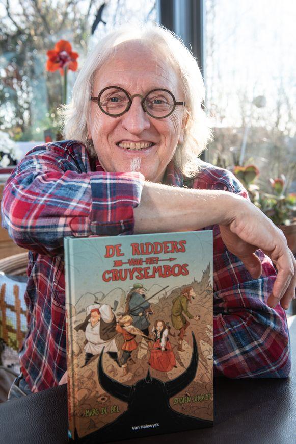 """Marc De Bel met zijn recentste boek """"De Ridders van het Cruysembos""""."""