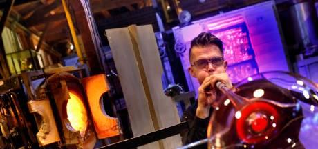 De hitte, het grommen van de oven en die oranje gloed: Leerdamse glasblazers zijn weer aan het werk