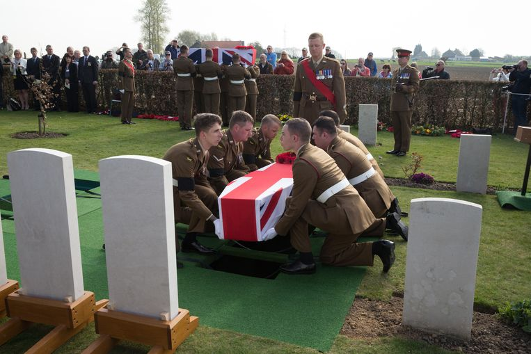 Militairen uit het Verenigd Koninkrijk leggen één van de kisten neer.