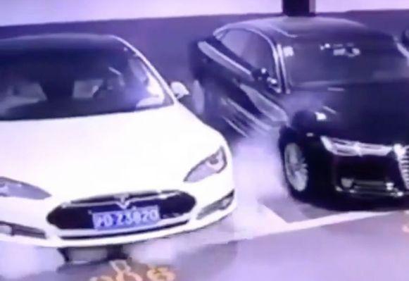 Deze Tesla in een parkeergarage in Shanghai zou onlangs spontaan in brand gevlogen zijn.