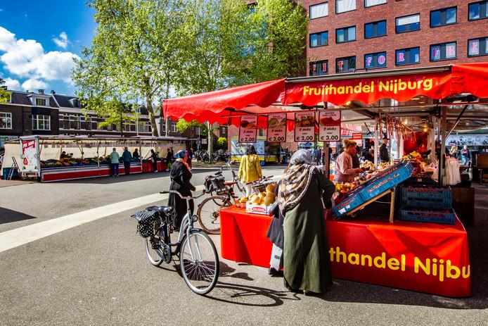 De warenmarkt op de Beestenmarkt, dinsdagochtend rond 10.30.  Ooit stond het er vol, maar het plein moet het inmiddels zonder bloemenkraam stellen, ook kaas en brood zijn niet meer op de markt te krijgen.