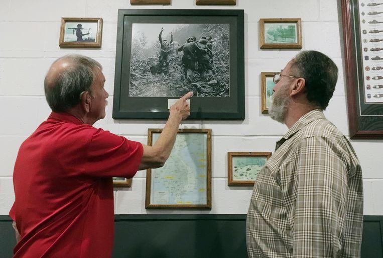 Dallas Brown (links) bestudeert  de iconische foto samen met Tim Wintenburg in Fort Campbell.