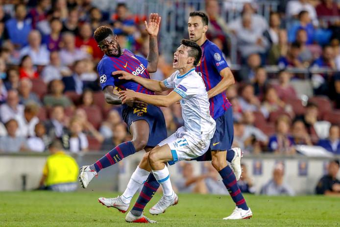 Hirving Lozano wordt afgestopt door Umtiti tijdens FC Barcelona - PSV.