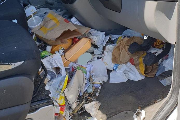 Afvalberg in auto-interieur