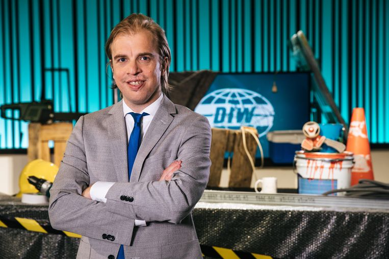 Jan Jaap heeft er z'n eerste week 'Ideale Wereld' al opzitten, telkens netjes in maatpak en 'Dash-wit' hemd.