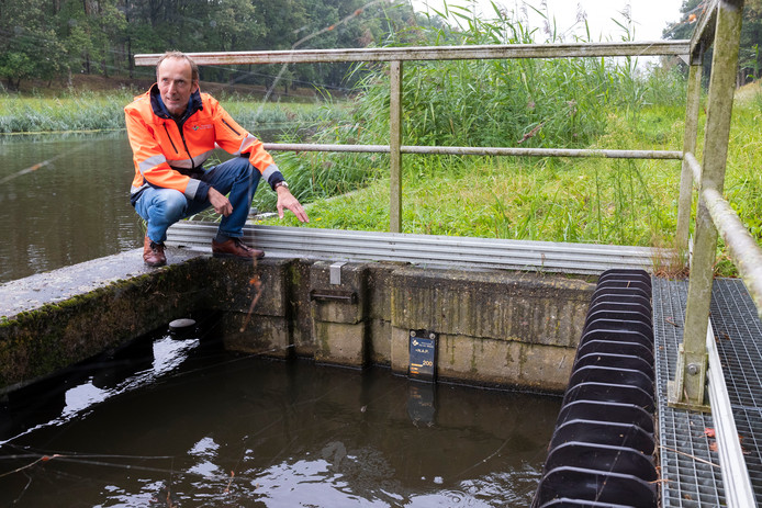 Joris van Herk bij het gemaal Loonse Vaart bij het Drongelens Kanaal, dat het water naar de andere kant van de dijk kan transporteren.