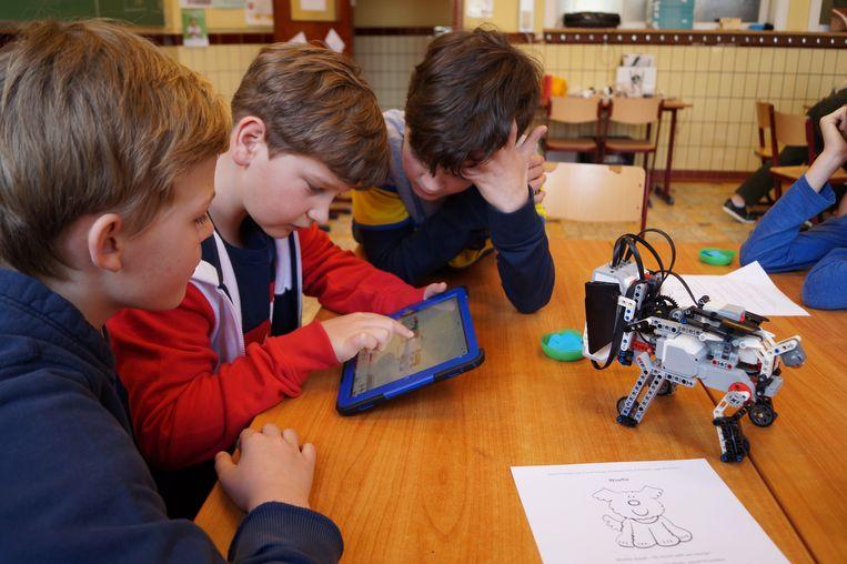 De oudere kinderen van de school leerden programmeren, met behulp van een app. En dat blijkt niet zo gemakkelijk te zijn.