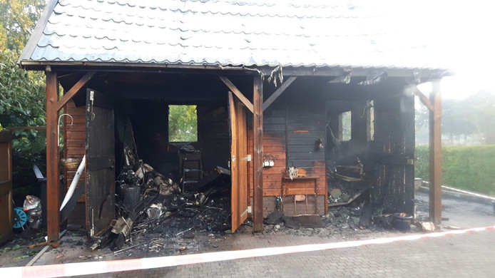 De schuur achter de woning aan de Zwolseweg in Balkbrug is door brand verwoest. Daarbij kwamen 4 kittens om.