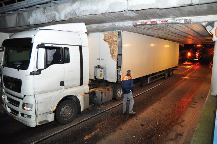27-12-2017: PostNL waarschuwde chauffeurs voor Waalwijks viaduct na twee ongevallen in een week
