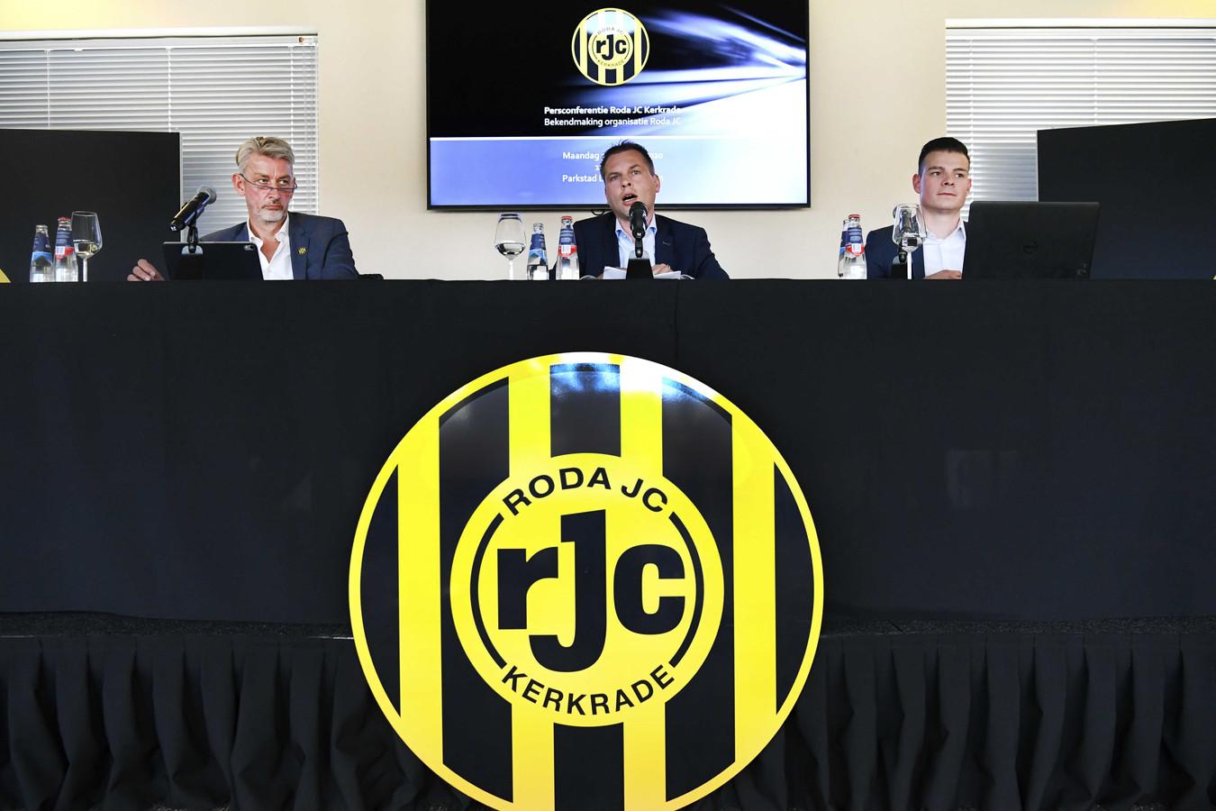 Joop Janssen, Martijn Wismans en persvoorlichter Mark Maas tijdens de persconferentie waar de nieuwe bestuursorganisatie bekend wordt gemaakt.