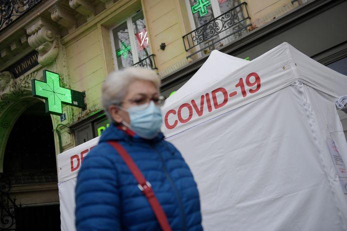 Een vrouw met mondmasker in Parijs. Illustratiebeeld.