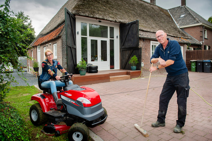 Derk en Monique Nijkamp en Monique in de tuin van hun verbouwde boerderij in Bruchem.