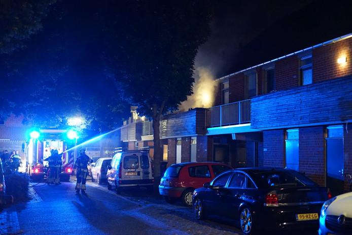 De brandweer blust een brand in een woning aan de Veenhof in Wijchen.