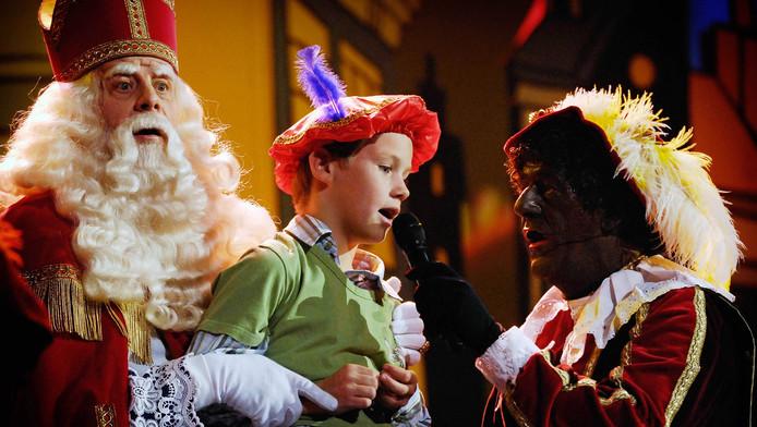 Een kind zingt een sinterklaasliedje tijdens het sinterklaasfeest in Ahoy Rotterdam