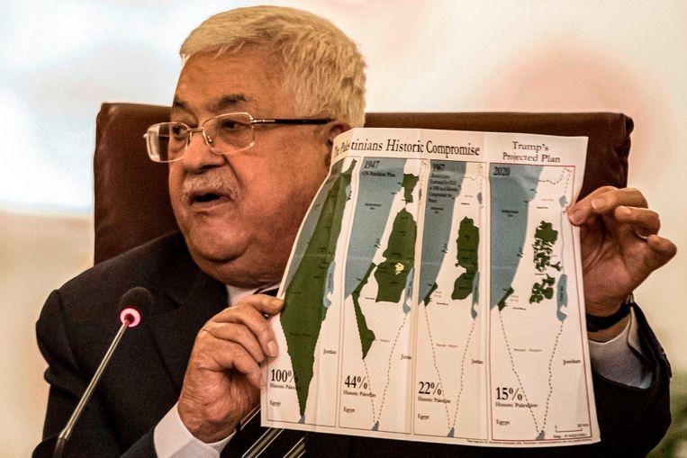 De Palestijnse president Mahmoud Abbas houdt verschillende kaarten van Israël en de Palestijnse gebieden omhoog om te laten zien waar hij de plannen van Trump op vindt neerkomen.  Beeld AFP