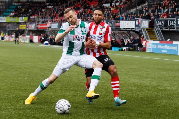 Mike te Wierik van FC Groningen en Mohammed Rayhi van Sparta Rotterdam.