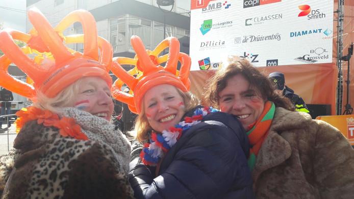 Vlnr Catharina Keyzer, Margot Luijs en Yvon Jonkers uit Tilburg staan al sinds 7 uur klaar op het Piusplein.