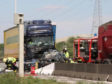 Automobilist overlijdt tussen twee vrachtwagens