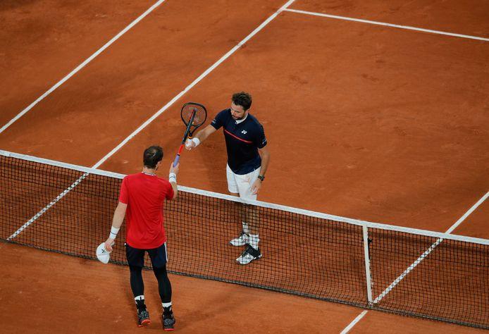Murray (in het rood) feliciteert Wawrinka.