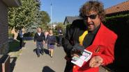 Komiek deelt rode bolletjes uit in stembureau