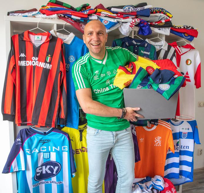 Karl Zandink heeft nu 1000 voetbalshirts opgeslagen in dozen en bij zijn vader omdat hij thuis ruimte tekort komt.