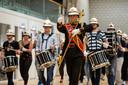 Oefenen in de sportzaal van scholengemeenschap HPC in Zetten. Voorop tambour-maître Rick Basten.