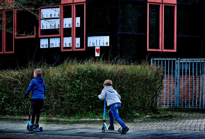 Leerkrachten van De Sterrekijker in Dordrecht hebben een boodschap voor de kinderen: 'We missen jullie'.