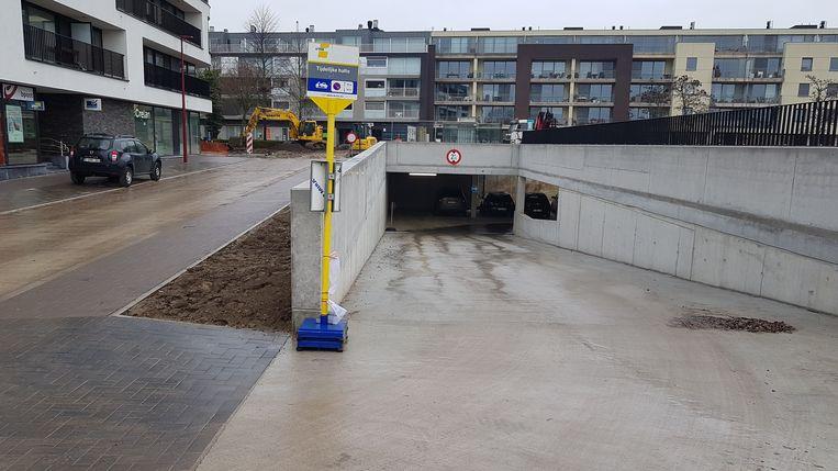 De nieuwe inrit van de parking in de Boomgaardstraat kan nu gebruikt worden.