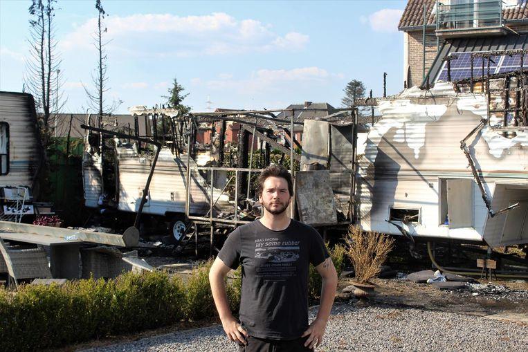 Maxim Vlasselaerts bij de vernielde stacaravan waar hij zijn heldendaad verrichtte.