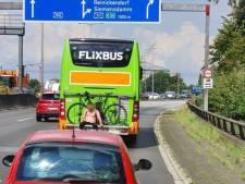Politie haalt dronken man van fietsenrek Flixbus
