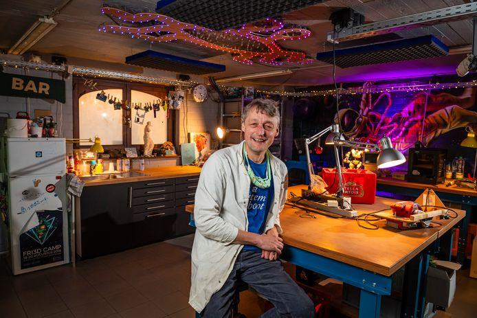 """Uitvinder Anthony Liekens in zijn uitvinderslabo. """"Net zoals professor Gobelijn of professor Barabas."""""""