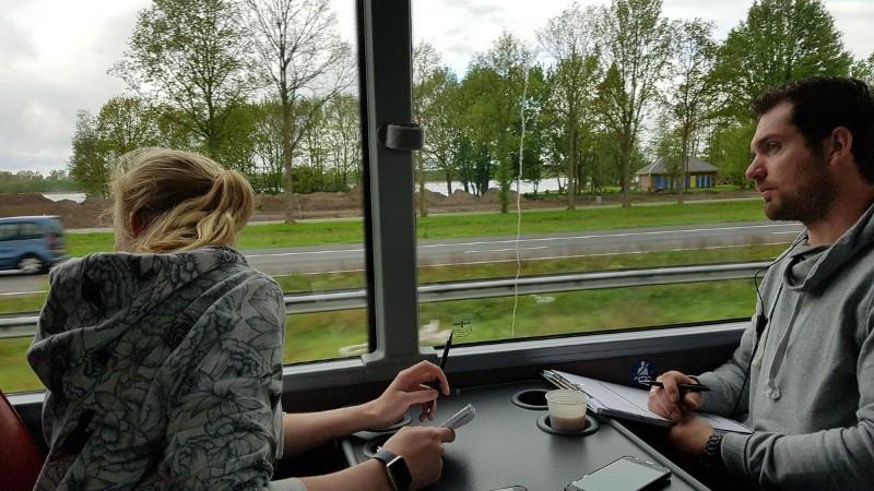 Pen, papier, touringcar en een kopje koffie. Het zijn de benodigdheden om appende bestuurders op de bon te slingeren