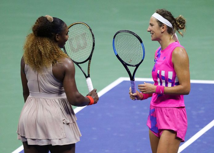 Serena Williams feliciteert Azarenka na haar nederlaag.