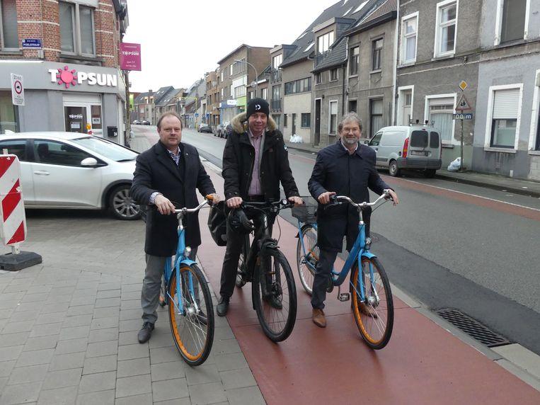 Schepen van Mobiliteit Bart Van Thuyne (CD&V), burgemeester Jan Vermeulen (CD&V) en schepen van Openbare Werken Johan Cornelis (CD&V) bij het nieuwe fietspad langs de Gaversesteenweg, het laatste wapenfeit van 2019.