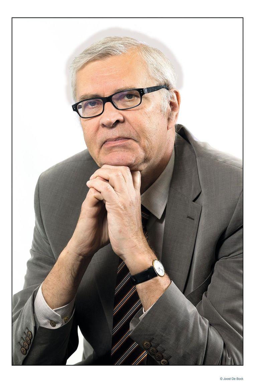 Luc Van der Kelen schrijft iedere maandag het politiek commentaar in Het Laatste Nieuws. Hij groeide op in Boom, woonde 20 jaar in Antwerpen, district Merksem en verblijft sinds 20 jaar in de Antwerpse rand in Schoten. Al die tijd is hij het politieke nieuws uit de koekestad blijven volgen. Nooit een saai moment!