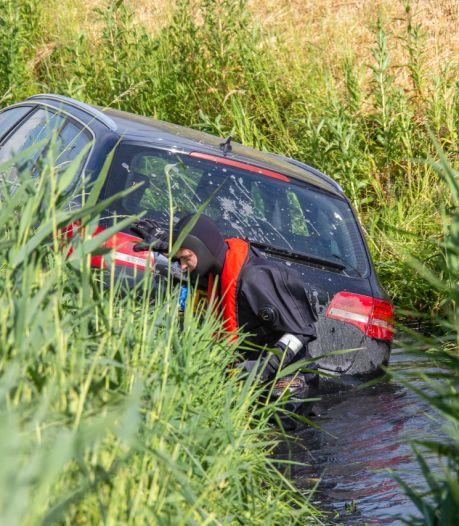 Auto belandt na aanrijding in sloot langs N201 bij Mijdrecht, inzittenden met de schrik vrij