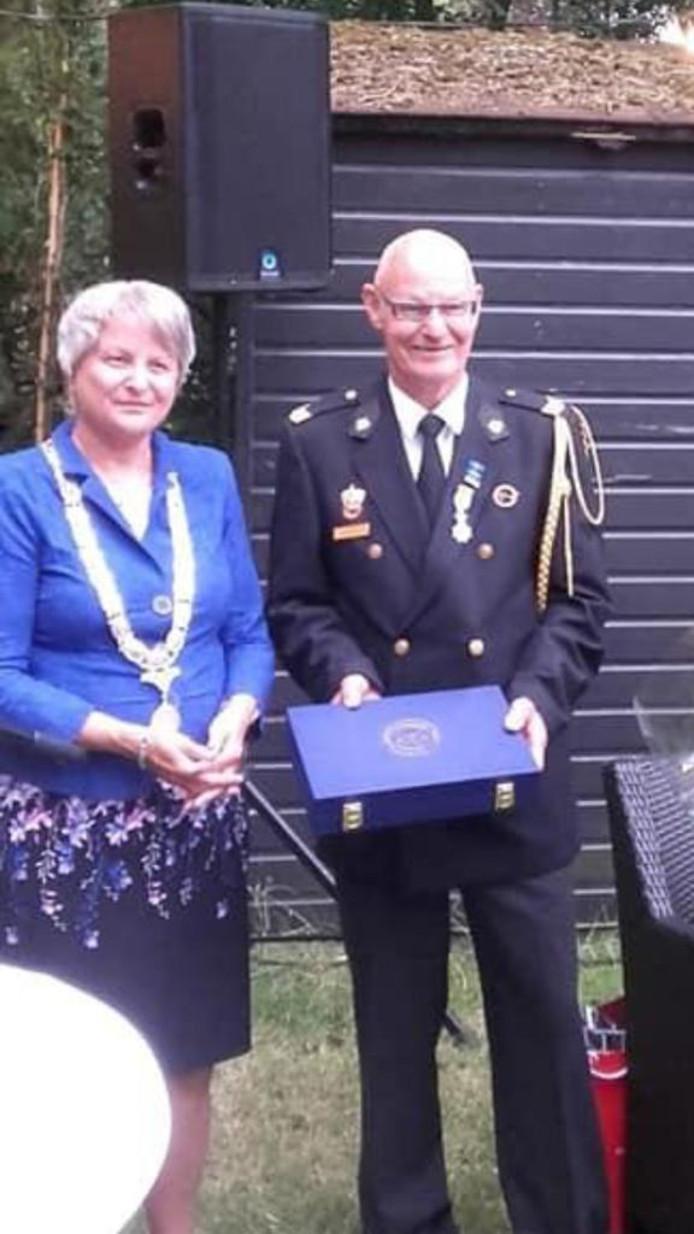 Uit handen van burgemeester Annelies van der Kolk, ontving Jan Dreves een Koninklijke Onderscheiding.