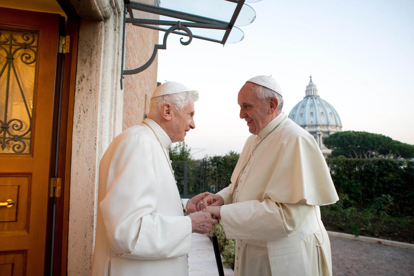 Le pape émérite Benoît XVI avec le pape François en juillet 2014.