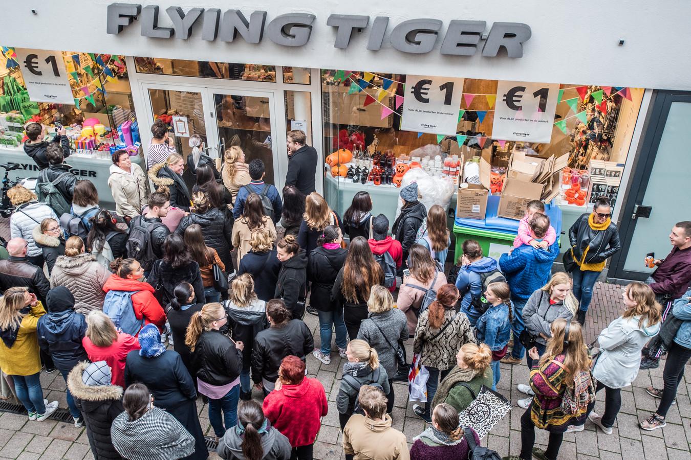 Gekkenhuis Bij De Jarige Flying Tiger Alles Is Voor 1 Euro Te Koop