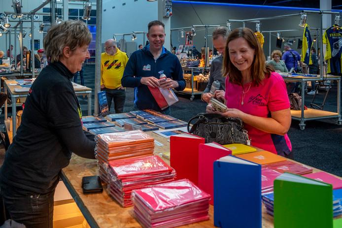 Op de markt in de Evenementenhal in Gorinchem verkopen de deelnemers zelfgemaakte spullen om geld op te halen. De opbrengst gaat naar Alpe d'HuZes.