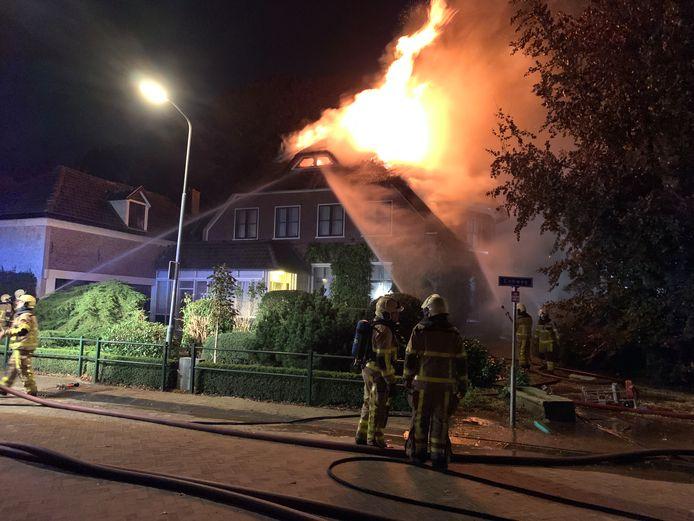 De vlammen sloegen in de nacht van vrijdag op zaterdag hoog uit het dak van een villa aan de Rijskweg in Voorst.