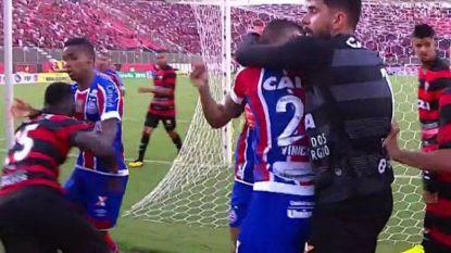 VIDEO: Stoppen Braziliaanse spelers slaan hélemaal door: match stopgezet na knokpartij en negen (!) rode kaarten