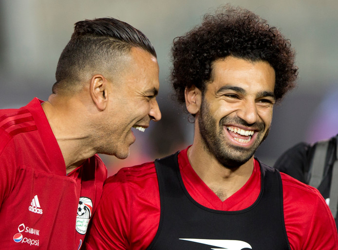 Salah (rechts) met keeper El-Hadary, die vandaag de oudste speler ooit op een WK kan worden.