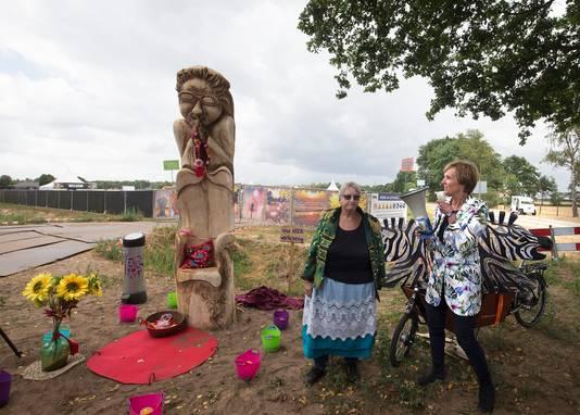 Tante Rikie onthult haar eigen bedevaartboom met burgemeester Annete Bronsvoort van Oost Gelre (rechts).