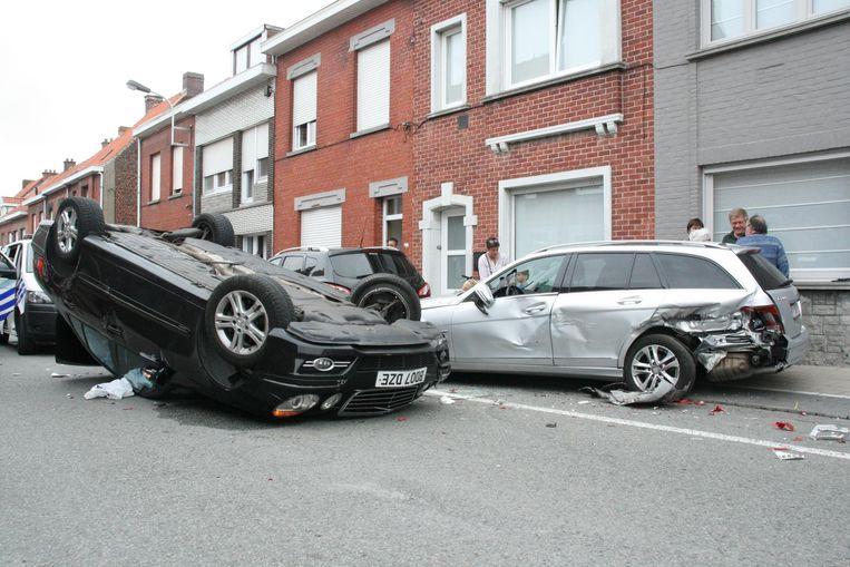 De bestuurder van de zwarte auto, met buitenlandse nummerplaat, en zijn passagier konden zelf uit de auto kruipen.