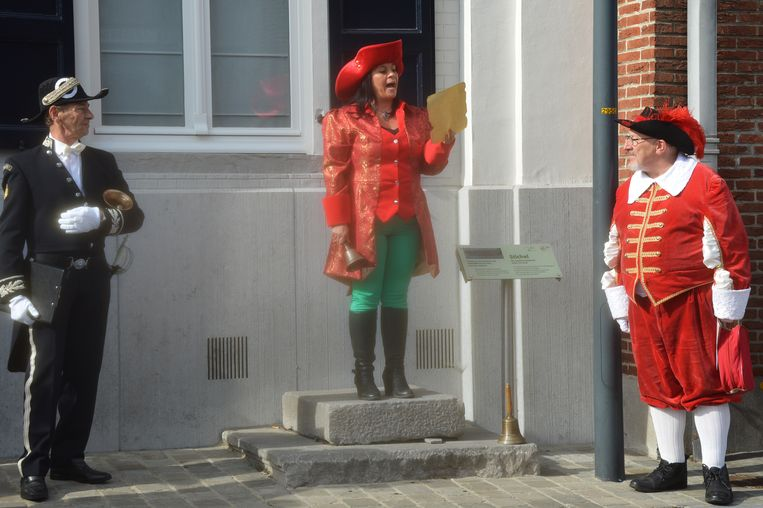 Elke De Pril, de eerste bellevrouw van Haaltert, doet haar allereerste roep.