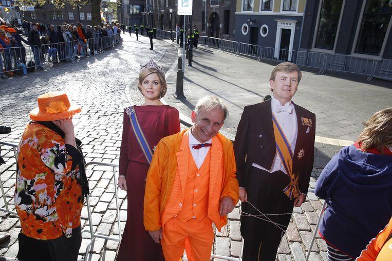 Oranjefanaat Johan Vlemmix wacht in Dordrecht op koning Willem-Alexander en koningin Maxima voor de eerste Koningsdag nieuwe stijl. Beeld anp
