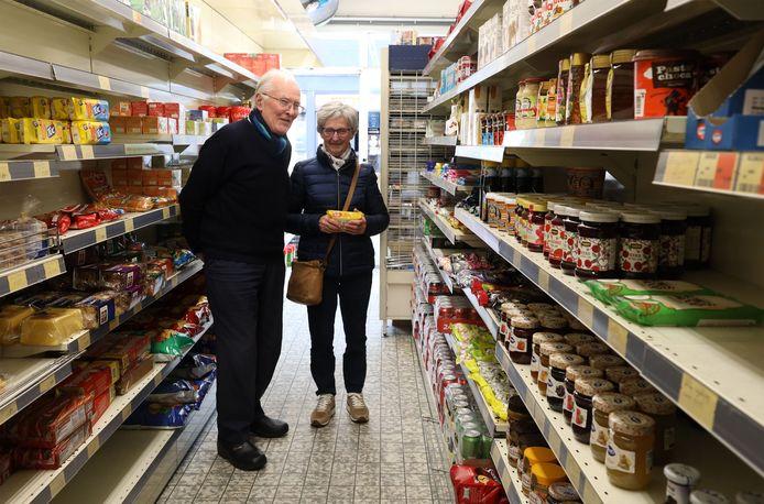 August Schillemans (links) en Annie Bertram-Lafarre in de kleinste supermarkt van Zeeland.