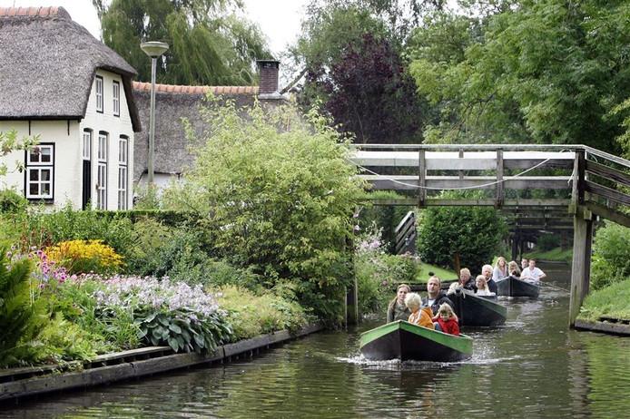 Bootjes met toeristen in Giethoorn. Foto: ANP