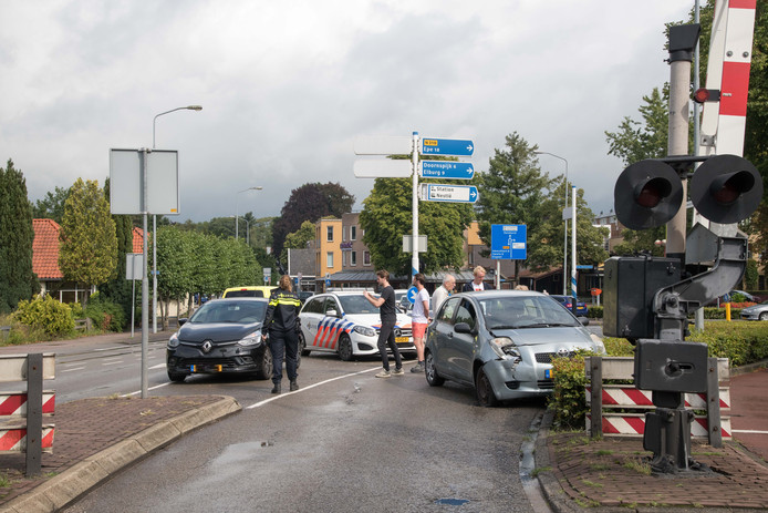 Bij de spoorwegovergang op Elspeterweg in Nunspeet was het donderdag opnieuw raak: twee auto's botsten tegen elkaar.